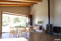 polished-concrete-dining-room-garden-inside-outside-villa-cp-elisendafontarnau-img_0126